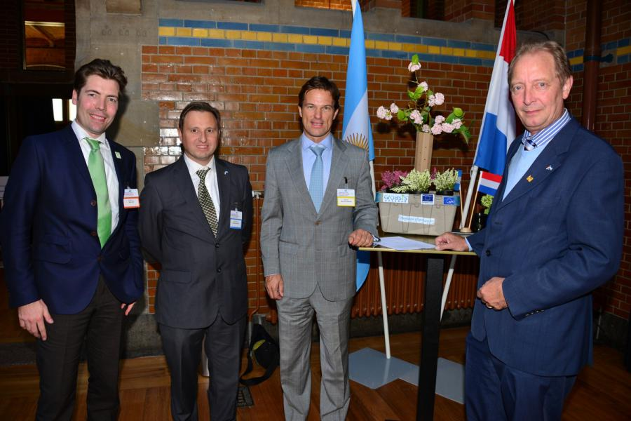 Wout Hoff (Groasis), Eduardo Rey (Groatec), Sven Piederiet (Bodegas Salentein), Pieter Hoff (Groasis), with Groasis Growboxx® and signed Memorandum Of Understanding at the Argentina – Netherlands Business Forum in the Beurs van Berlage in Amsterdam, The Netherlands.