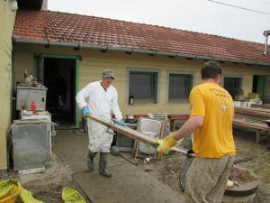 Die Möbel standen 2–3 Wochen unter Wasser und wurden unbrauchbar. Ehrenamtliche Geistliche entsorgen unbrauchbar gewordene Möbel aus Häusern im Dorf Kopanice in der Gemeinde Orašje.