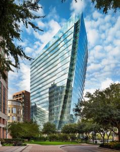 The sleek design of McKinney & Olive provides unrivaled visibility in the vibrant pedestrian-oriented Uptown Dallas neighborhood.